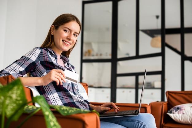 座っているとカメラ目線の女性の長い眺め 無料写真