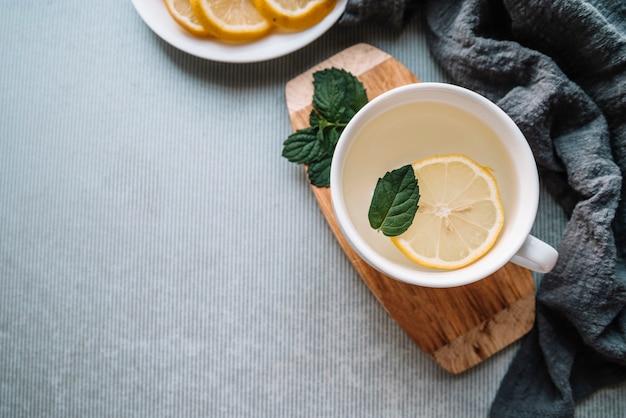 レモンのスライスとコピースペースでトップビューおいしいお茶 無料写真