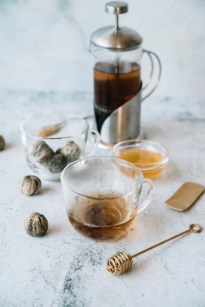 グラインダーと紅茶のカップの高いビュー 無料写真