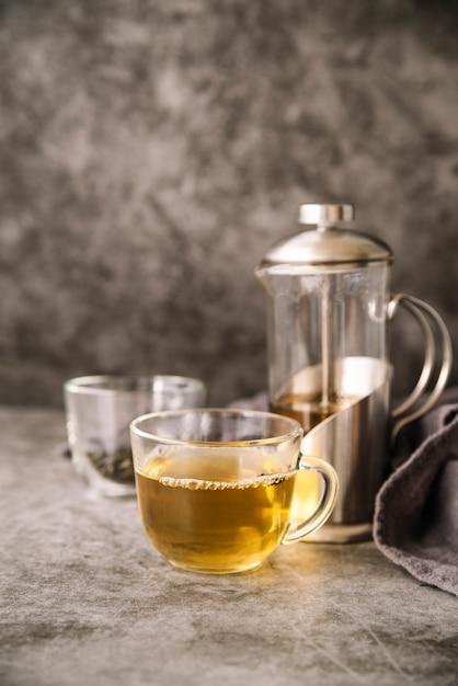 Чашка чая и мясорубки на фоне мрамора Бесплатные Фотографии