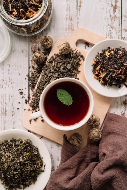 Лесной фруктовый чай с листьями сверху Бесплатные Фотографии