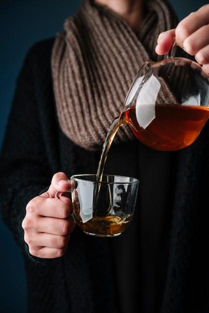 おいしいお茶をカップに注ぐ人 無料写真