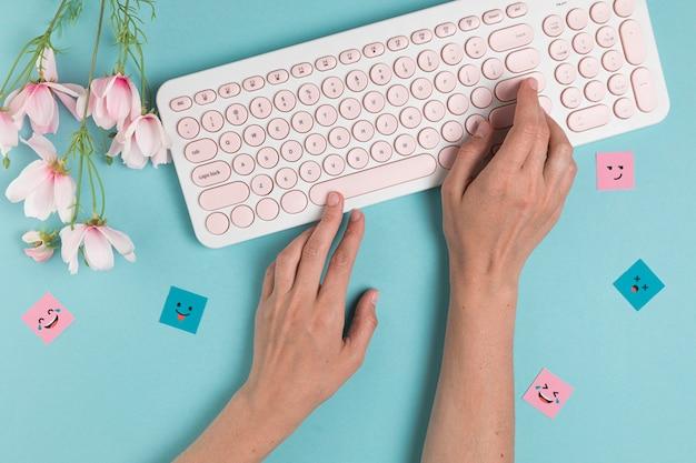 ピンクのキーボードで入力する手 無料写真