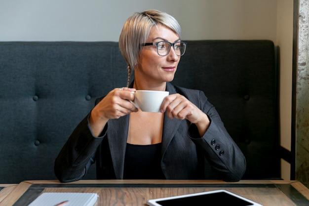 休憩中のフロントビュービジネス女性 無料写真