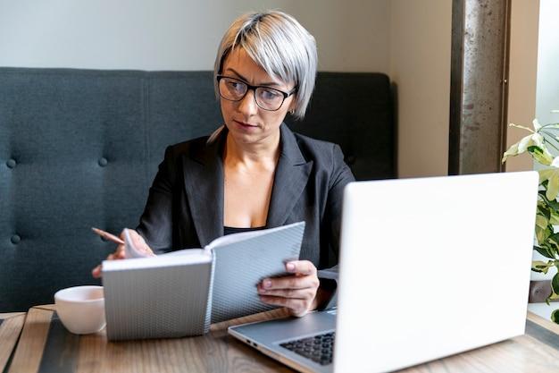 Занят деловая женщина в офисе макете Бесплатные Фотографии
