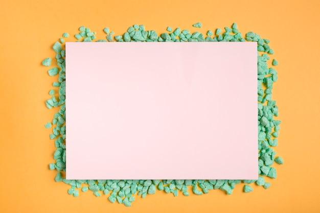 テーブルの上の芸術的でカラフルな紙のアートワーク 無料写真