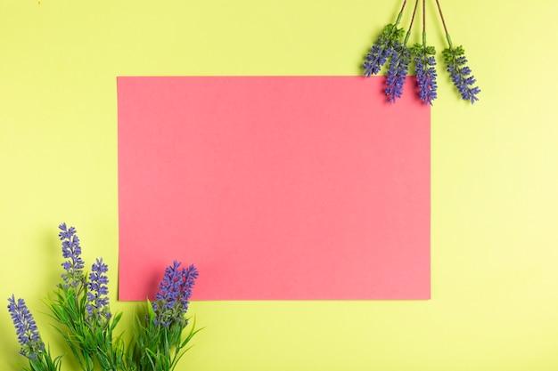 ラベンダーと幾何学的な紙のアートワーク 無料写真