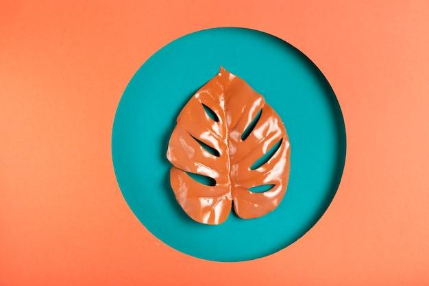 葉の中の紙から作られた幾何学的形状 無料写真