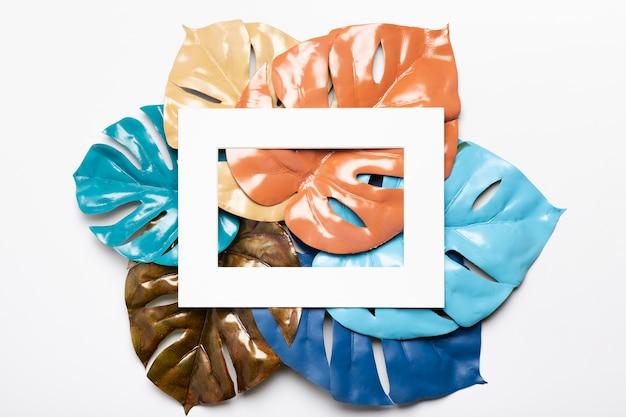 テーブルの上の芸術的でカラフルな紙の葉 無料写真