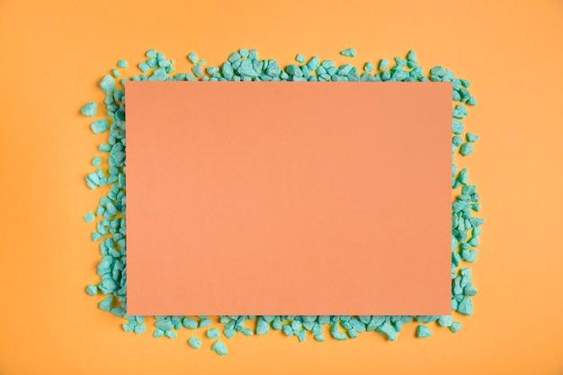 緑の岩とオレンジ色の長方形のモックアップ 無料写真