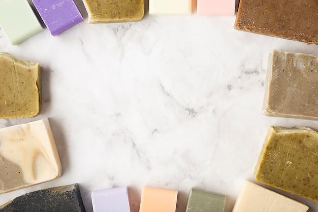 Вид сверху рама из мыла на столе Бесплатные Фотографии