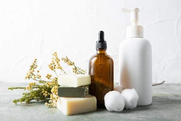 Вид сверху мыло и сыворотка на столе Бесплатные Фотографии