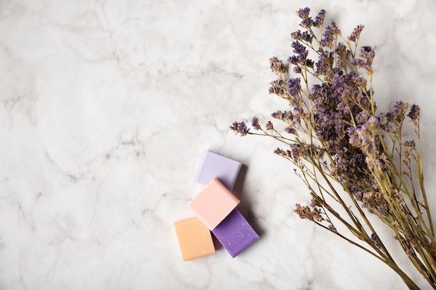 ラベンダーの花束の横にあるカラフルな石鹸 無料写真
