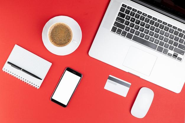 オフィススタッフのコーヒーと電話のモックアップ 無料写真