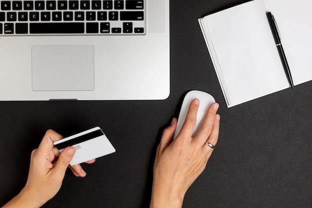 マウスを使用して、クレジットカードを持っている手 無料写真