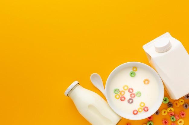 穀物と牛乳のトップビューおいしいボウル 無料写真