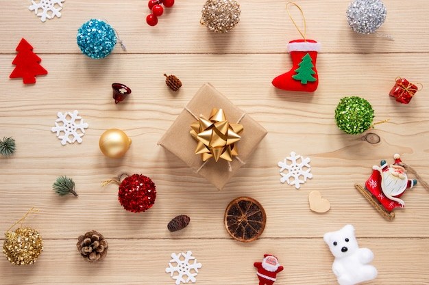 クリスマスの飾りと包まれたギフト 無料写真