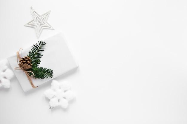 コピースペースで包まれた白いギフト 無料写真