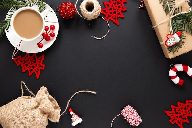 ホットドリンクとクリスマスの装飾 無料写真