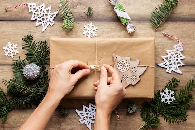 Взгляд сверху рук на подарке на рождество Бесплатные Фотографии