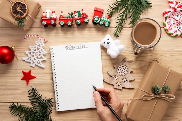 木製の背景にリストモックアップを行うクリスマス 無料写真