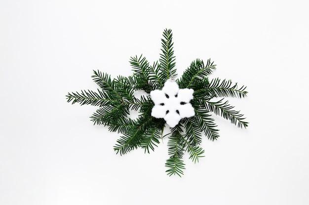 スノーフレークフラットでクリスマスの装飾を置く 無料写真