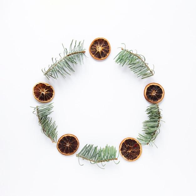 Круглая праздничная рамка с сосновыми листьями Бесплатные Фотографии