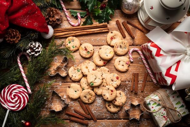 木製の背景を持つトップビュークリスマスクッキー 無料写真