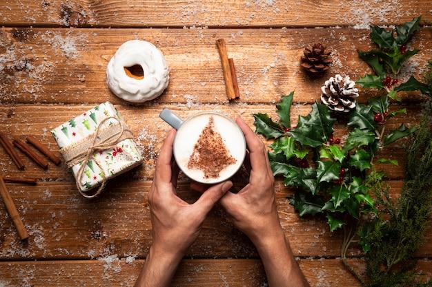 木製の背景を持つトップビューコーヒーカップ 無料写真