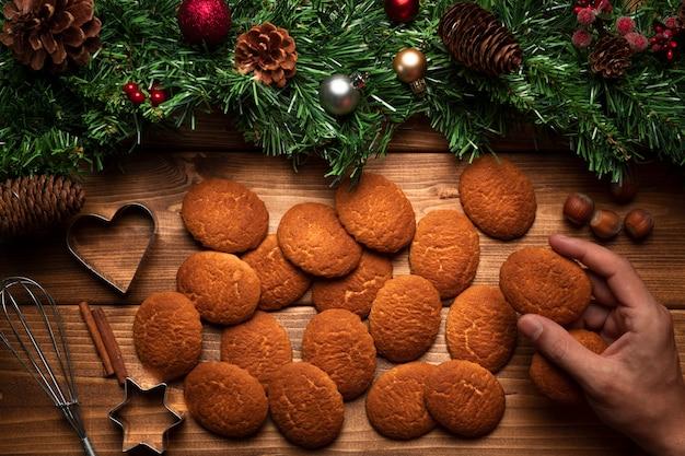木製の背景を持つトップビュークリスマスビスケット 無料写真