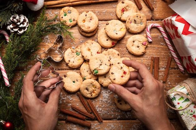 シナモンとトップビュークリスマスクッキー 無料写真