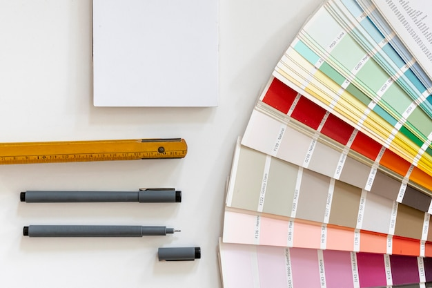 色の横にあるノートブックのモックアップ 無料写真