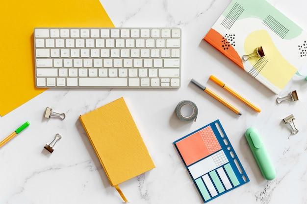 カラフルな文房具に囲まれたキーボード 無料写真