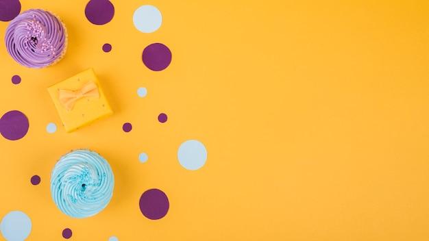 テーブルの上のコピースペースおいしいカップケーキ 無料写真