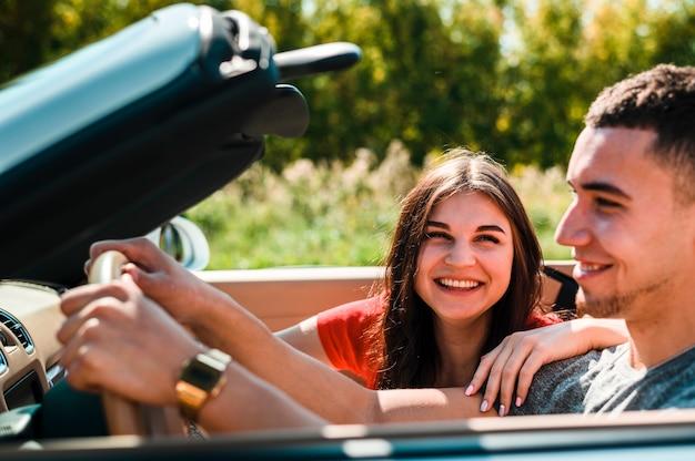 Пара смеется друг на друга Бесплатные Фотографии