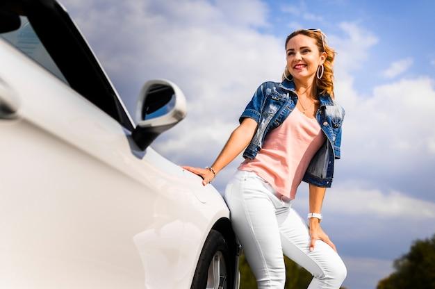 車にもたれて幸せな女 無料写真