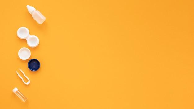 黄色の背景に光学アクセサリー 無料写真
