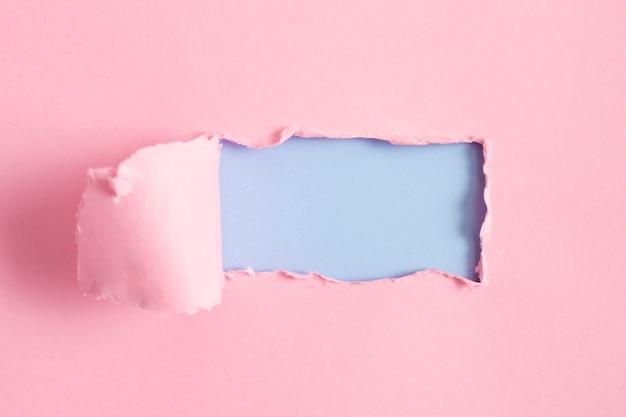 青いモックアップとピンクの紙シート 無料写真
