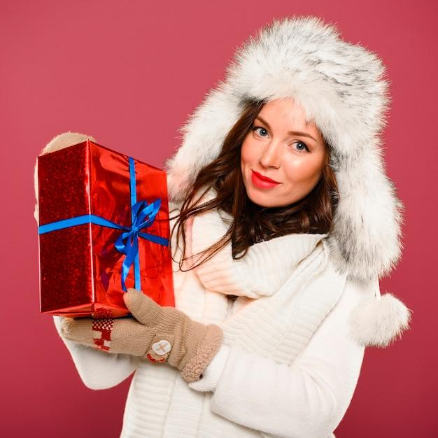 Красивая зимняя модель с подарком Бесплатные Фотографии