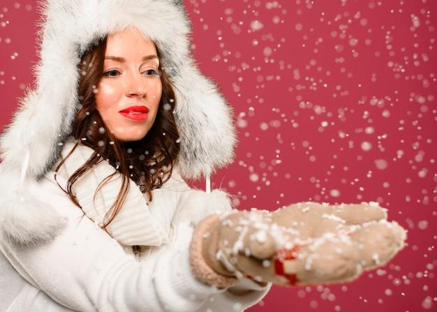 Модная зимняя модель ловли снежинок Бесплатные Фотографии