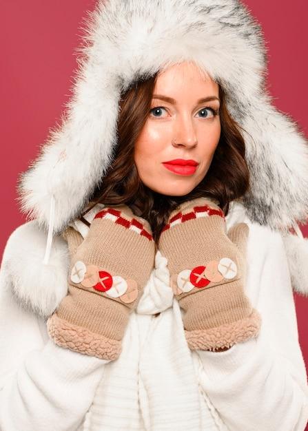 Красивая зимняя модель в новогодней шапке Бесплатные Фотографии