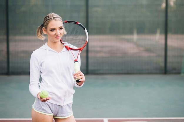 よそ見正面テニスプレーヤー 無料写真