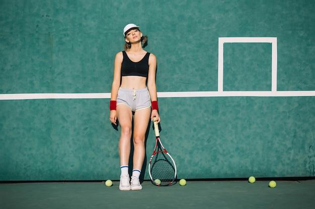 Спортивная (ый) женщина в спортивной одежде на теннисном корте Бесплатные Фотографии
