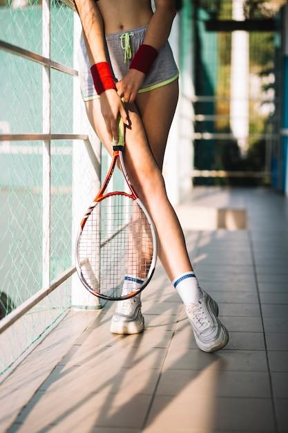テニスコートでテニスラケットを保持している運動の女性 無料写真