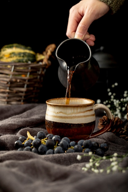 茶色のカップにコーヒーを注ぐ男 無料写真