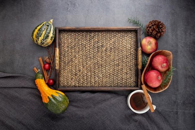 灰色の背景に野菜と木の板 無料写真