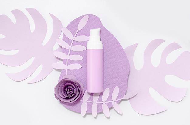 紫色の葉に紫色のスキンケア製品 無料写真