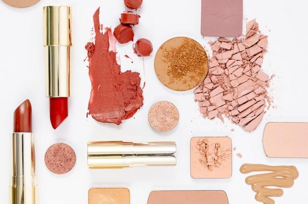 白地にカラフルな化粧品の平面図配置 無料写真