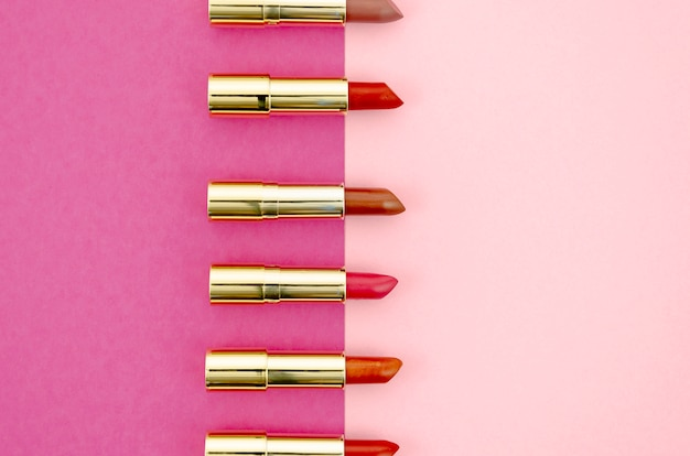 ピンクの背景に口紅のシンプルな配置 無料写真