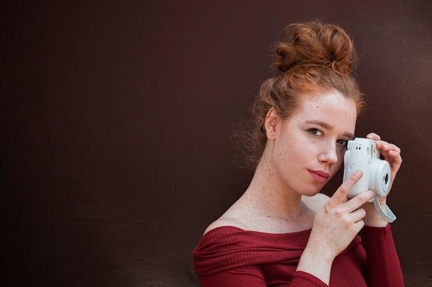 コピースペースで赤毛の女性の肖像画 無料写真